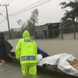 DIKERAHKAN Personel Polda Kalsel, Termasuk Polantas Evakuasi dan Amankan Barang Berharga Milik Warga