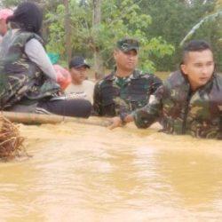 PANTANG BERHENTI Prajurit Yonif 621/Mtg Bersama Relawan Selamatkan Warga Korban Banjir