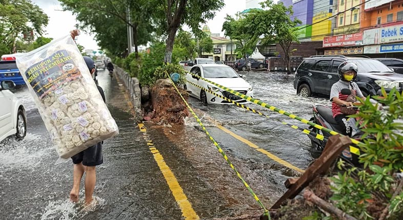 TURUNKAN Ketinggian Air, Median Jalan A Yani Banjarmasin Dijebol