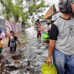 BELUM RASAKAN Bantuan Pemko Sudah 5 Hari Kebanjiran, Korban Banjir di Cempaka Putih