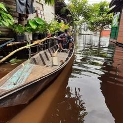 BANJIR SURUT Pulang ke Rumah, Ternyata Air Pasang Kembali Mengungsi