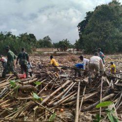 TUMPUKAN SAMPAH Menggunung Pasca Banjir Barabai Dibersihkan Pasukan TNI Bersama Warga
