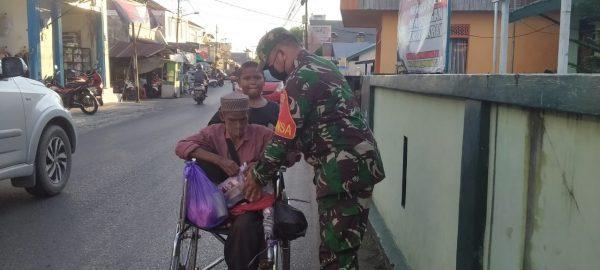 BAGI TAKJIL Sembari Ingatkan Prokes Dilakukan Anggota TNI-AD