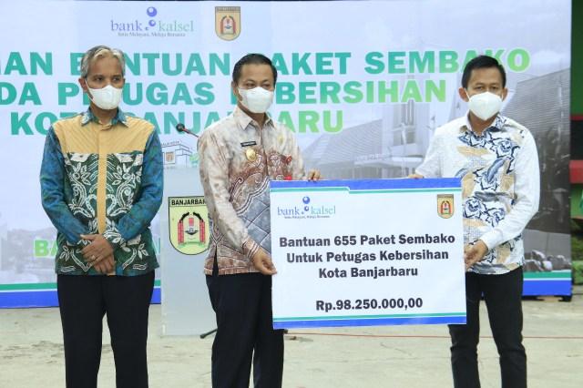 Wakil Walikota Banjarbaru Wartono didampingi Sekretaris Daerah Kota Banjarbaru Said Abdullah menyerahkan bantuan sosial paket sembilan bahan pokok dari Bank Kalsel