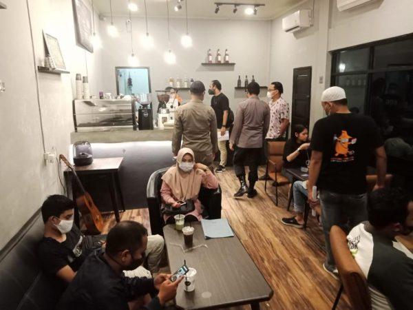DISISIR Gabungan Anggota Sejumlah Cafe dan Pembelanjaan Buka Hingga Larut Malam