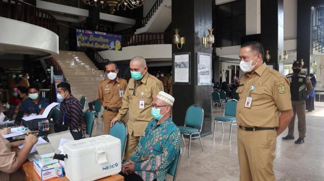 vaksinasi massal Tahun 2021 yang berlangsung di Lobby Balaikota Banjarmasin (2)