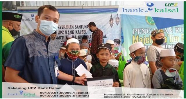 Bank Kalsel menyerahkan santunan dalam Kegiatan Bakti Sosial Khitanan Massal di Ponpes Tahfidzul Quran RMA Banjarbaru (2)