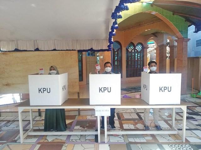 Bersama sang istri dan anak tertuanya, Ibnu Sina berangkat dari kediaman pribadinya ke TPS pada Pemungutan Suara Ulang (PSU) Pemilihan Gubernur dan Wakil Gubernur