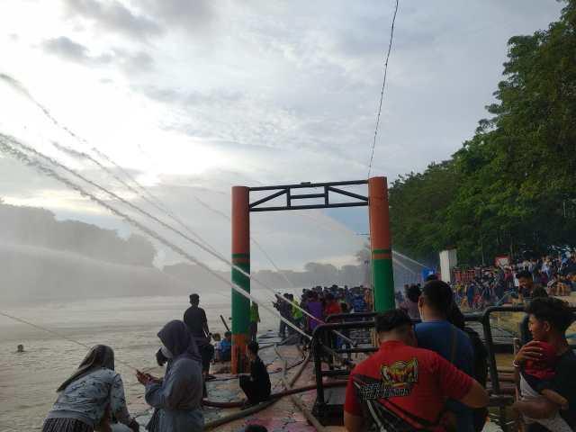 HABISKAN Akhir Pekan, Relawan BPK Adu Kinerja Semburkan Air di Kejauhan (2)