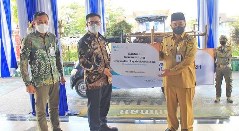 BANK SYARIAH Indonesia Serahkan Hewan Kurban ke Beberapa Lokasi di Kota Banjarmasin