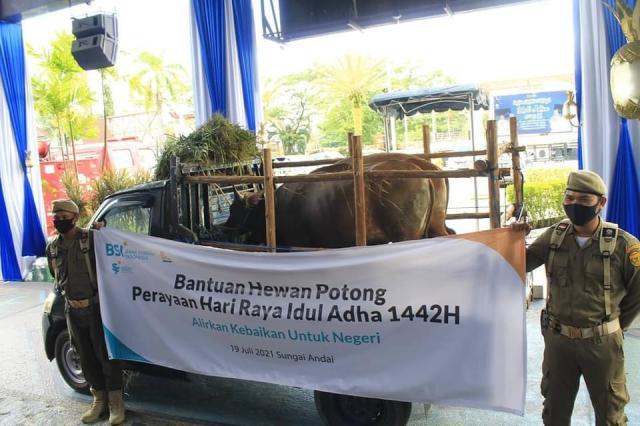 Bank Syariah Indonesia (BSI) menyerahkan secara simbolis hewan potong untuk perayaan Hari Raya Idul Adha 1442 (3)