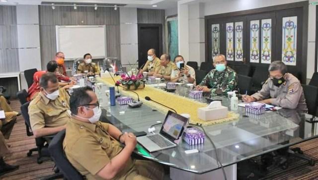 Pemerintah Kota (Pemko) Banjarmasin melalui Dinas Kesehatan Kota Banjarmasin melaksanakan rapat koordinasi evaluasi penanganan dan pengendalian Covid-19