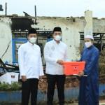 WALIKOTA BANJARBARU Serahkan Bantuan BanK Kalsel ke Ponpes Al Falah Putra Pasca Terbakar