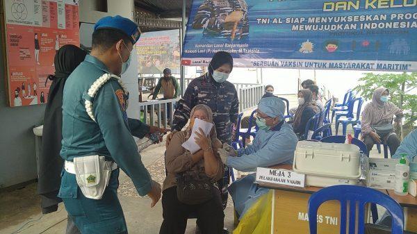 SERBUAN Vaksinasi Lanal Banjarmasin ke Buruh Pelabuhan, Nelayan dan Masyarakat di Bantaran DAS