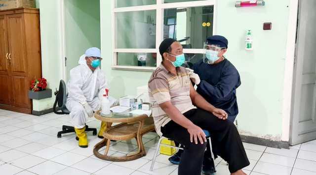 BERGERAK TNI AL-LANAL Banjarmasin Gencarkan Servak Covid-19 Warga Pesisir (2)