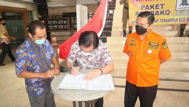 500 PAKET Bantuan Sembako Diterima Walikota dari Gapkindo untuk Warga Isoman (2)