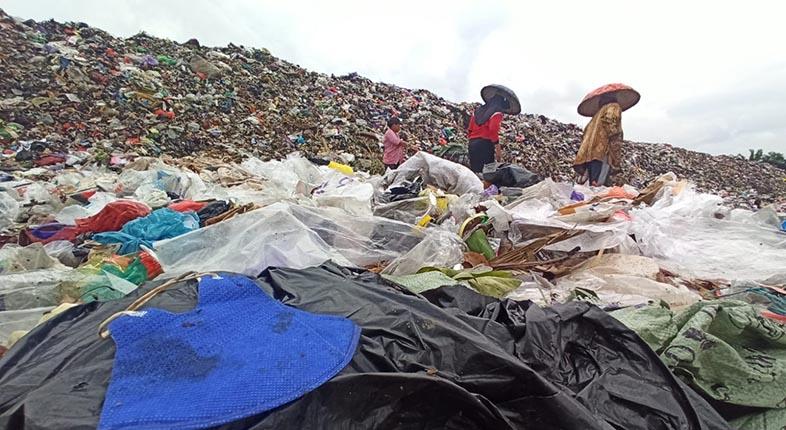 BERKUTAT dengan Gunungan Sampah Demi Mengais Rezeki