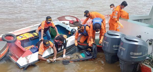 DITEMUKAN TEWAS Seorang Penumpang Mobil Truk yang Tercebur di Sungai Barito