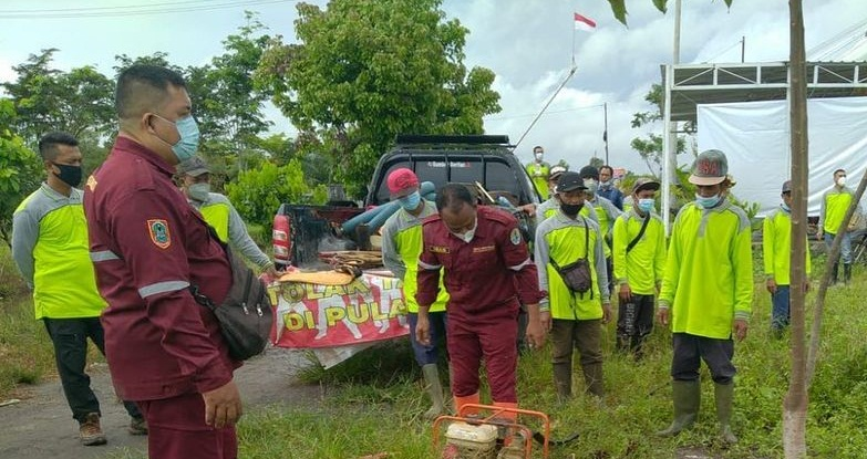 DIAJARKAN Teknik Pemadaman Api di Lahan Gambut kepada PT. Indocement