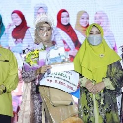 ARINI PEMENANG Puteri Muslimah Sasirangan 2021