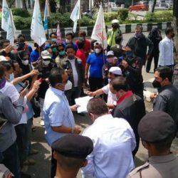 AKSI MASSA di DPRD Kalsel, Soalkan Truk Pengangkut Semen Conch Lintasi Jalan Provinsi