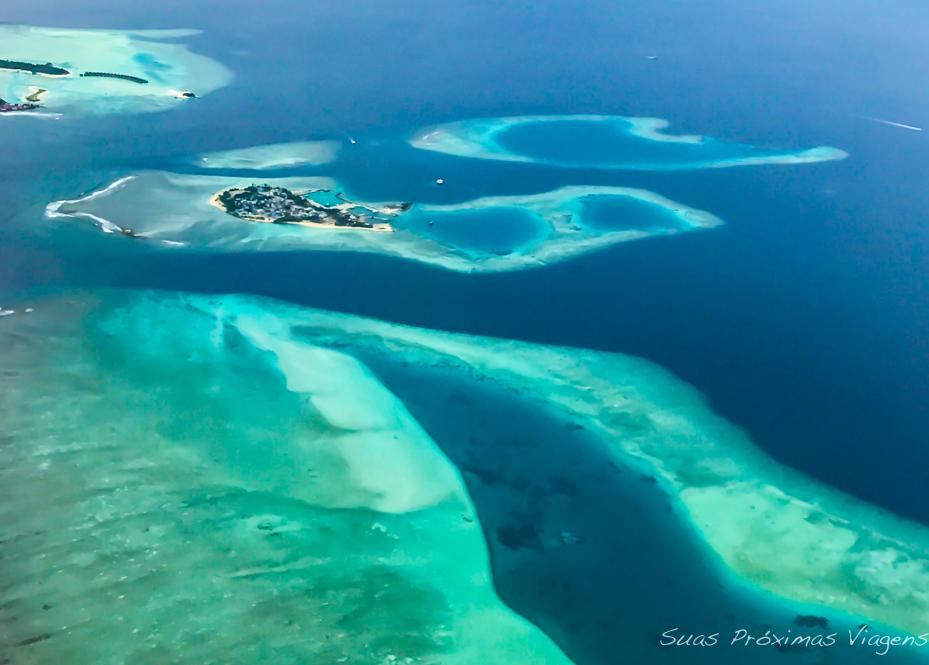 Vista aérea de um Athol nas Maldivas no período sabático