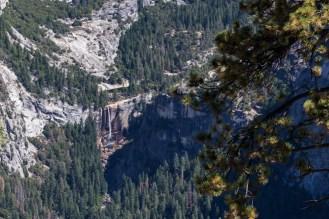 Uma cachoeira distante no Parque Nacional Yosemite