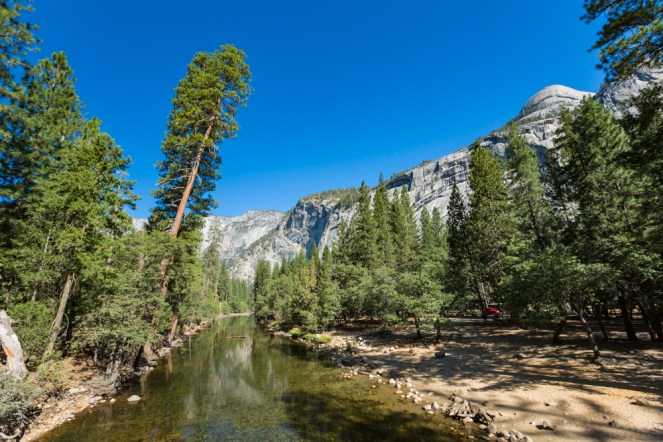 Vista do Merced River no Parque Nacional Yosemite
