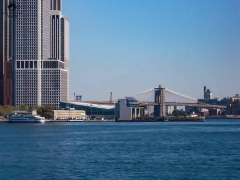Visão da base da Brooklyn Bridge desde a Liberty Island em Nova York