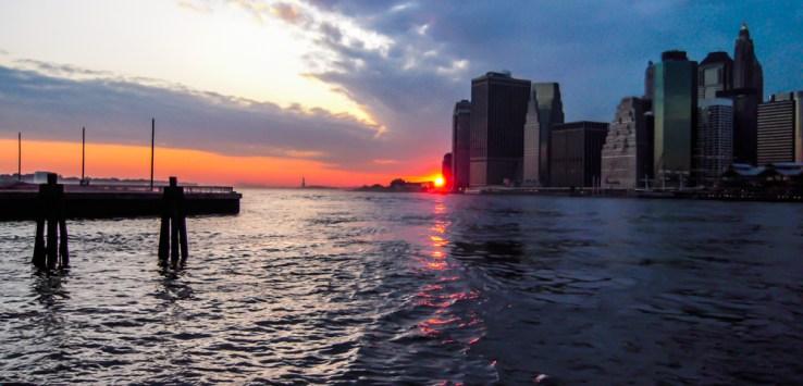 Pôr do Sol visto da base da Brooklyn Bridge em Nova York