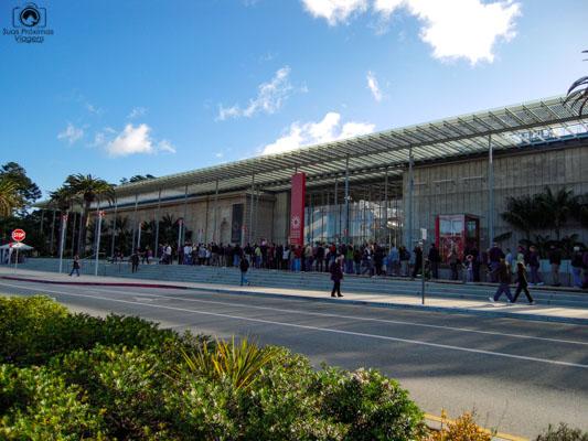 Foto da entrada do Museu de Ciências da Califórnia no Golden Gate Parque em San Francisco