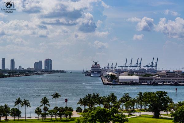 Vista do Porto Turístico desde o Museum Park em Miami Florida