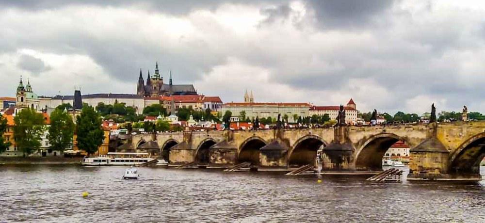 Rio Moldava cruzando Praga República Tcheca