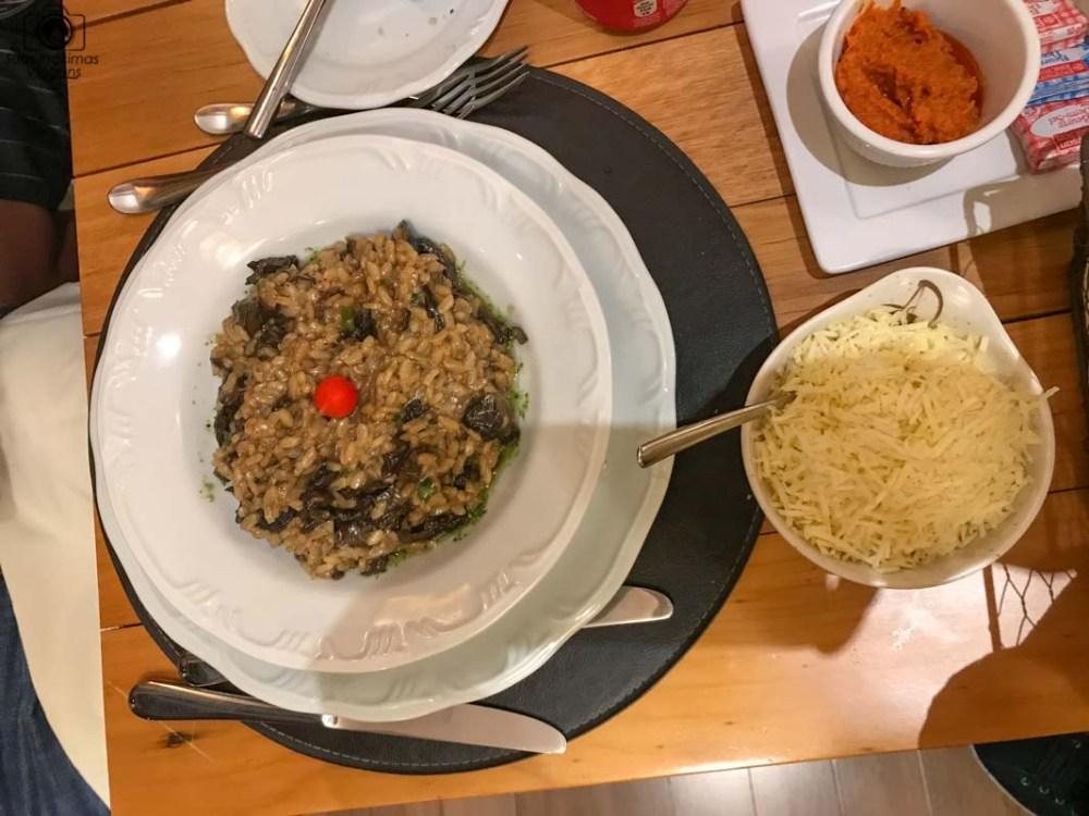 A imagem de um prato de risoto de funghi no Wish Resort