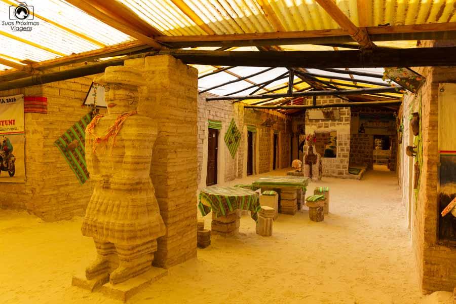 Foto da escultura de sal de uma mulher no Museu do Sal no Salar de Uyuni