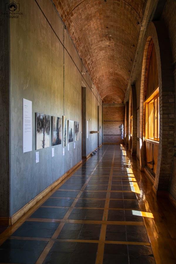 Imagem dos corredores com arte nas paredes na Vinícola Monteviejo