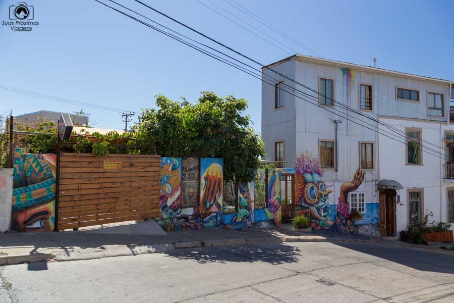 Imagem das casas grafitadas em Valparaíso