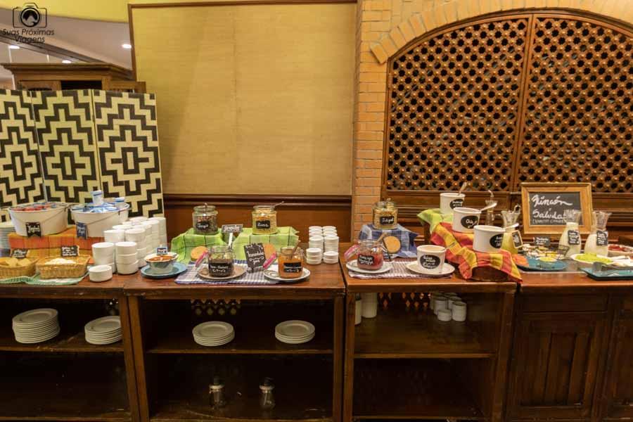 Imagem de uma bancada do café da manhã do Hotel Galerias em Santiago