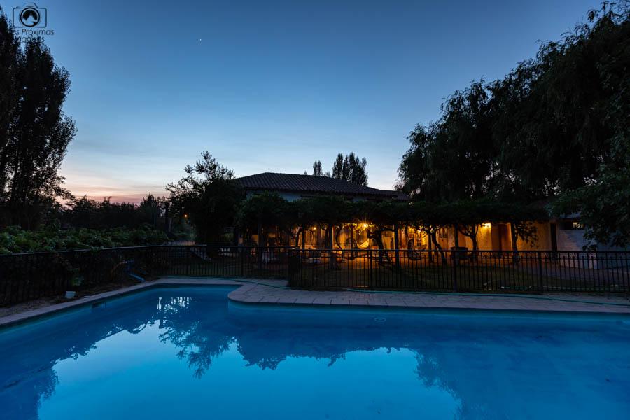 imagem do por do sol na piscina do hotel parronales em valle de colchagua