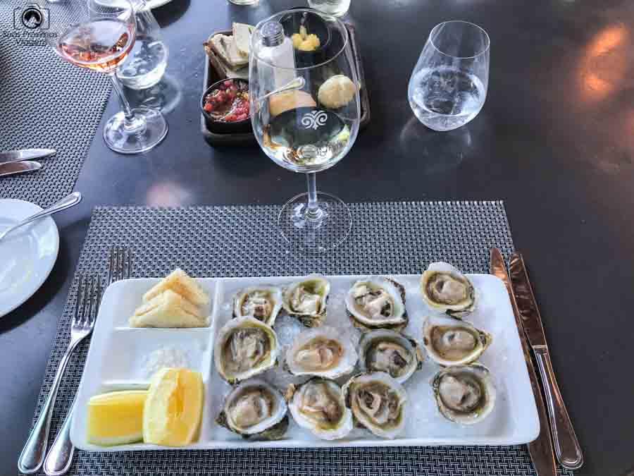 Imagem da entrada de ostras no restaurante Rayuela na vinícola Viu Manent
