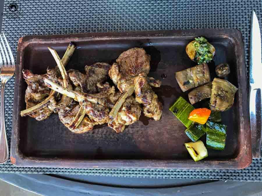 Imagem do prato de carrée no restaurante Rayuela na vinícola Viu Manent