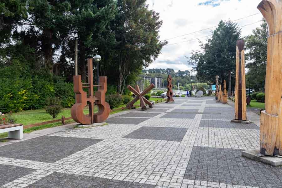 Imagem das esculturas estilo mapuche em Pucón