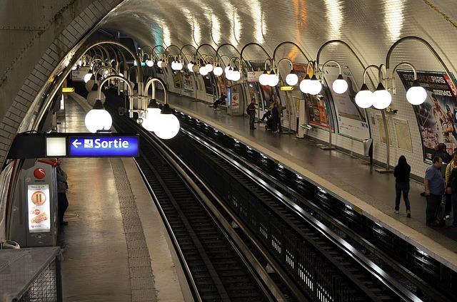 Imagem da estação de metrô em o que fazer em Paris. Foto Pixabay
