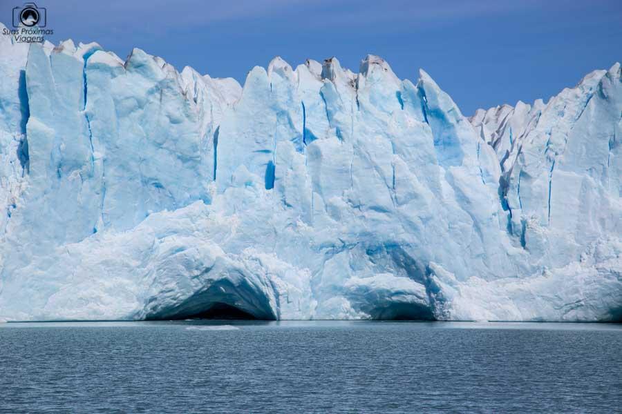 Imagem próximas de cavernas no Glaciar Perito Moreno durante navegação com a Southern Spirit