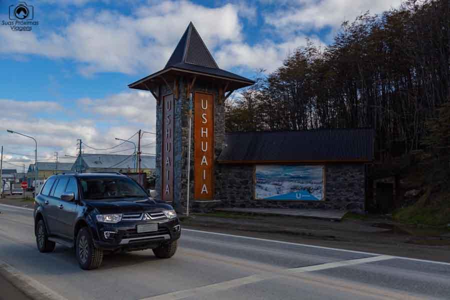 Imagem do Pajero passando pelo portal de Ushuaia