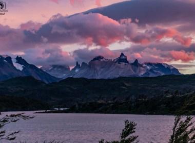 Imagem dos maciços de torres del paine ao amanhecer