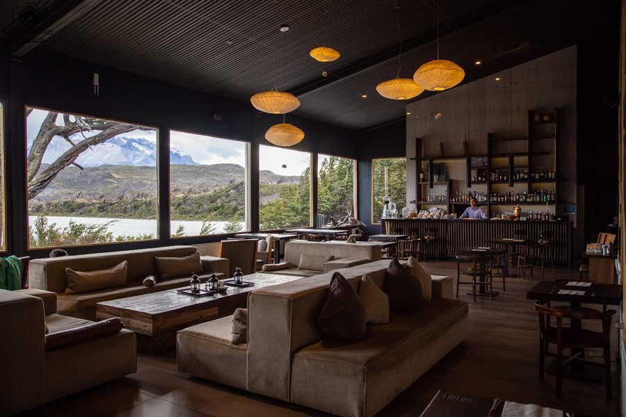 imagem do bar do hotel lago grey