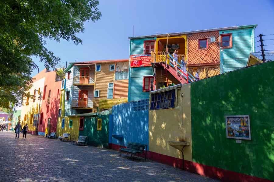 imagem das casas coloridas no Caminito em Buenos Aires