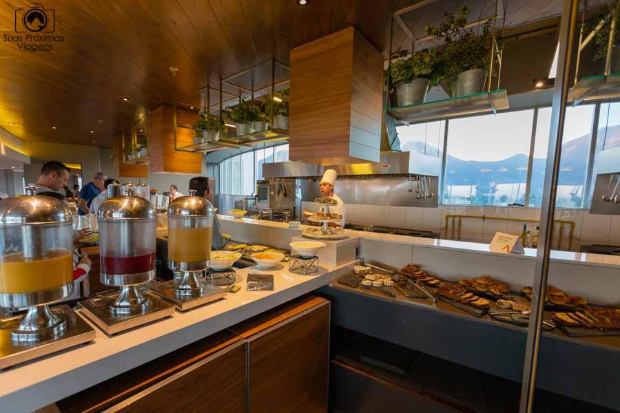 imagem de uma das bancadas do café da manhã no Cumbres Vitacura