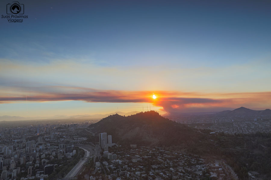 Vista ao anoitecer desde o Sky Costanera em Santiago do Chile